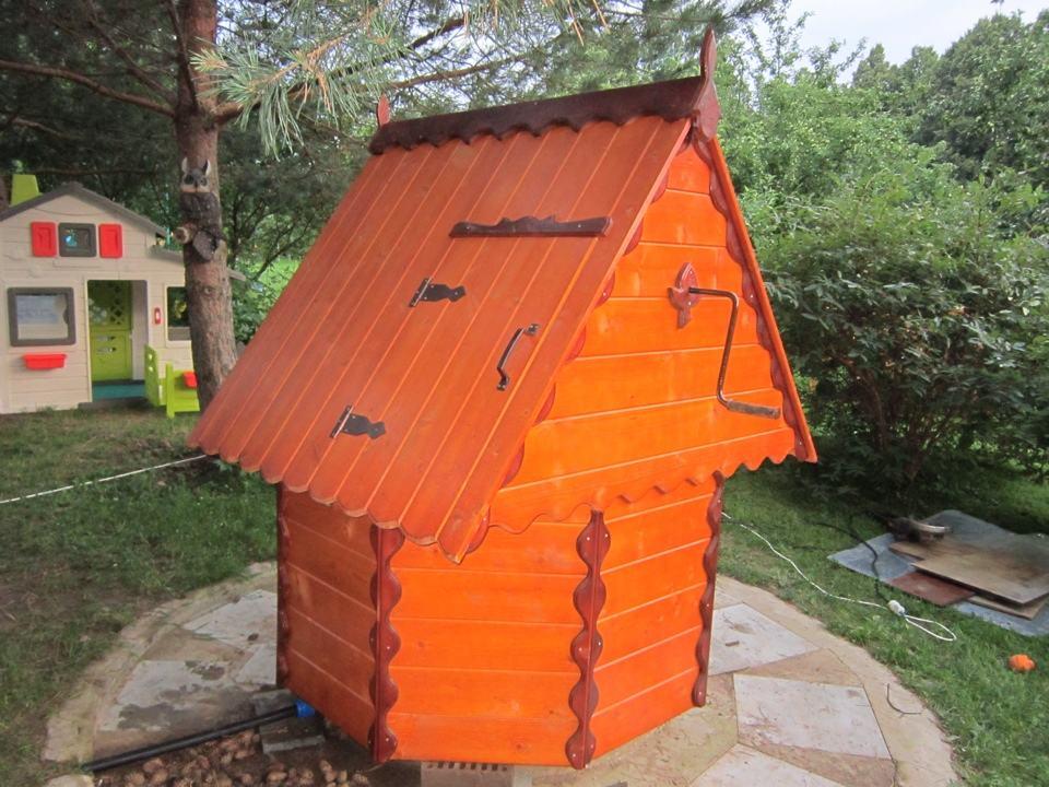 Деревянный домик для колодца с крышей