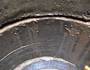 На фото видны грязные потеки из щели между кольцами