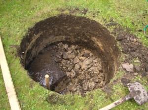 Определяем место и роем яму