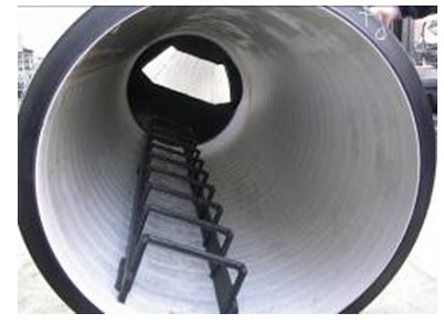 Стационарная металлическая лестница в колодце