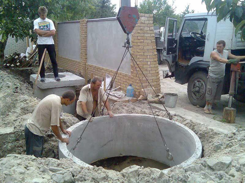 Установка колец в колодец