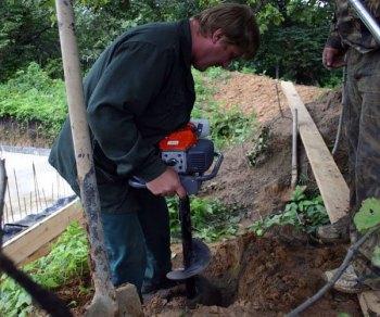 Бурение пробной скважины для определения водоносного слоя