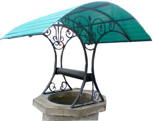 Поликарбонат в покрытии крыши колодца