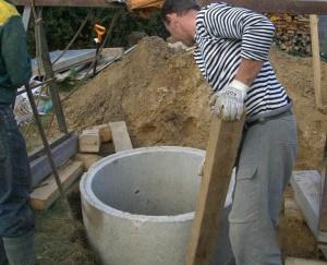 Роем яму и делаем установку колец