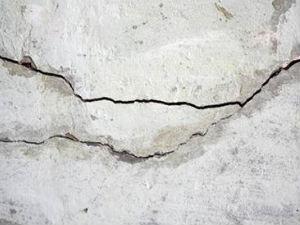 Трещины в бетоне требуют заделки, так как нарушают герметичность колодца