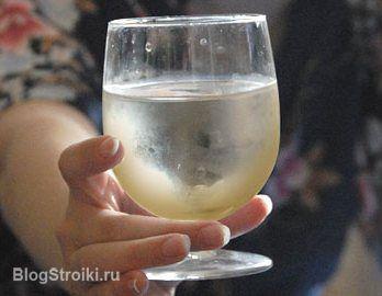 Фото с желтым осадком в стакане
