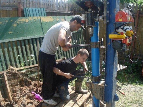 Процесс монтажа пластиковой скважины