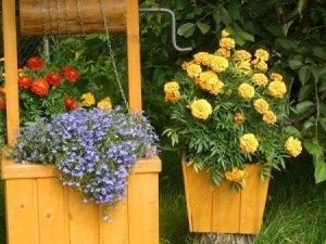 Декоративный колодец и кашпо для цветов из обрезков досок