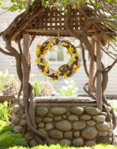 Декоративный колодец в саду из речных валунов