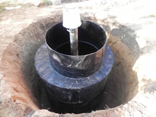 Длинную трубу нужно отрезать, оставив отрезок над уровнем дна около 20 см