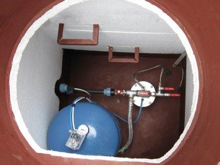 Гидроаккумулятор на фото установлен в кессоне