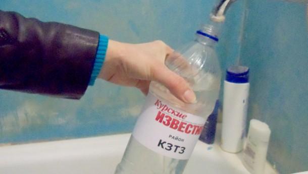 На бутылку наклеивается этикетка с адресом скважины или фамилией заказчика