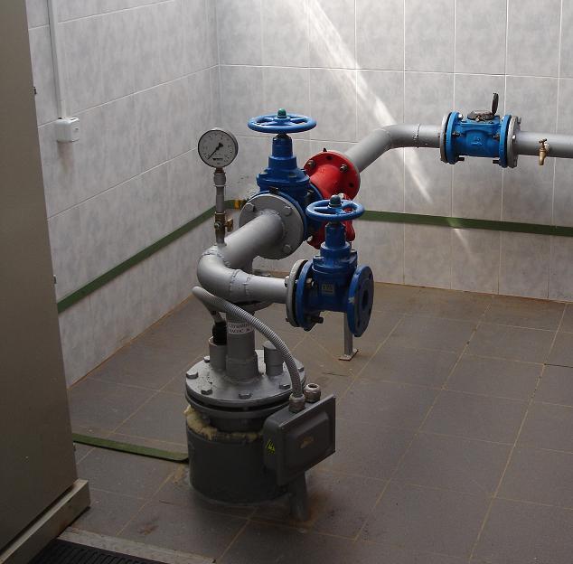 Обвязка устья скважины, находящейся в подвале дома