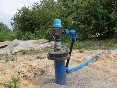 От грязи, мусора и осадков скважину надежно защитит оголовок