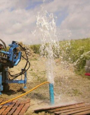 Промывка осуществляется до тех пор, пока вместо грязи из межтрубного пространства не начнет выбрасываться чистая вода