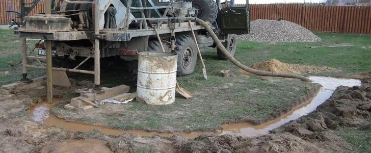 Промывка скважины на воду с использованием грузовика