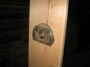 Установка подшипников на стойках для опоры ворота