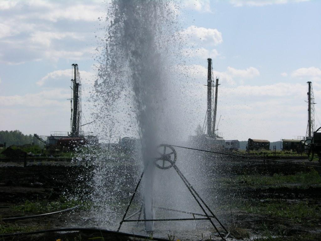 Фонтан из скважины при вскрытии водоносного пласта