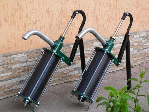 Качать воду быстрее и удобнее, чем носить ведрами из колодца