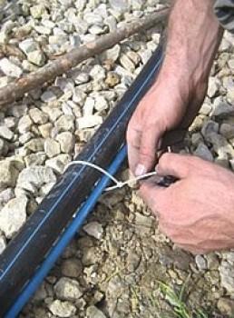 На фото показано, как крепить кабель к шлангу