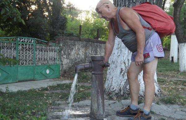 Насос для скважин ручной выручит прохожих и станет источником воды для нескольких домов