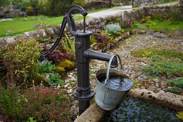 Простейший подъемный агрегат для воды – ручной насос