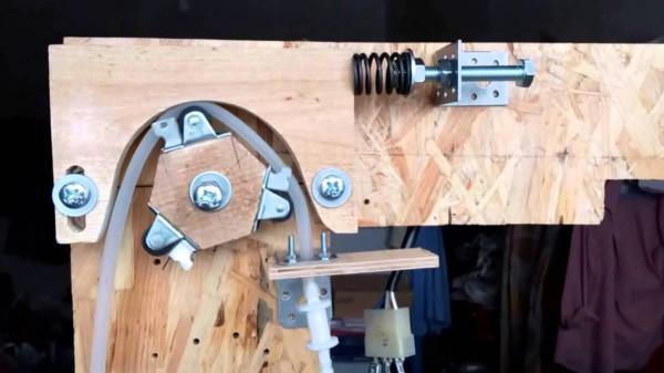 Самодельный перистальтический насос в деревянном корпусе