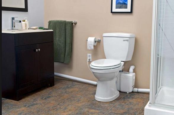 Мини канализационная насосная станция аккуратно устанавливается за унитазом и совершенно не портит дизайн помещения.