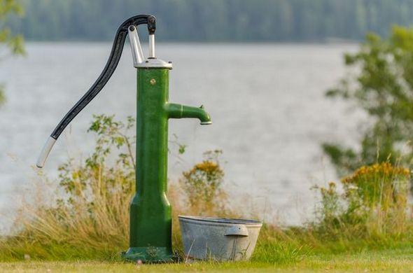 При неожиданных отключениях электричества в доме или на даче отличной подмогой для добычи воды станет ручной насос.