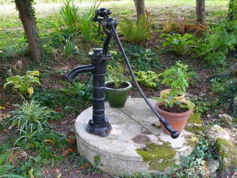 Штанговые насосы отличаются длиной рычага, что позволяет прилагать меньше усилий для перекачки воды.