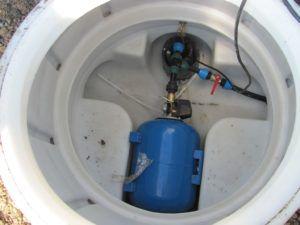 Обустройство скважины на песке: насос погружен в ствол, а гидроаккумулятор находится в приямке