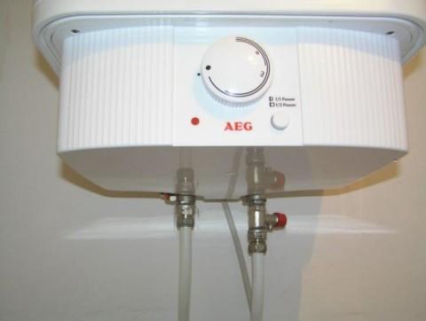 Ввод и вывод труб из электрического водонагревателя