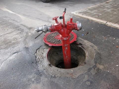 Пожарный гидрант: люк на прямо проезжей части
