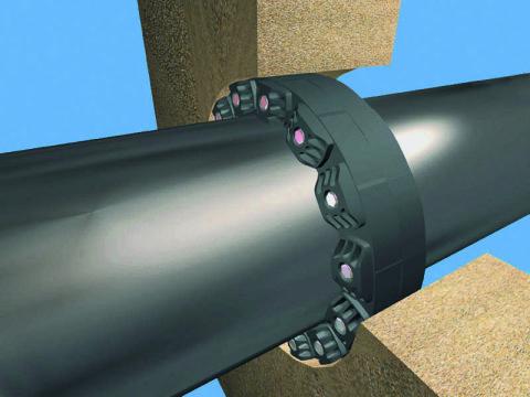 Проход трубы через стенку колодца, устроенный с помощью резиновой муфты