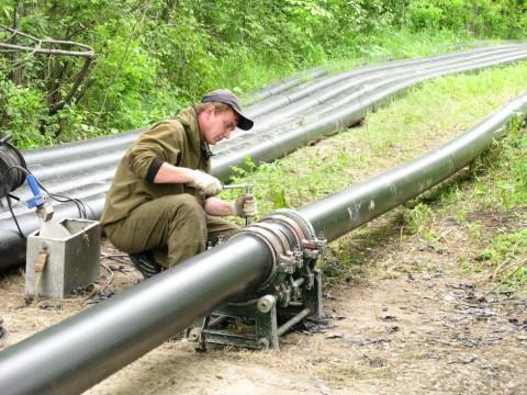 Стыковка и центровка труб ПНД для выполнения соединения