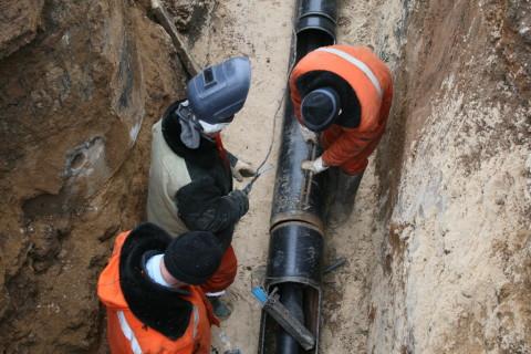Сварщики на монтаже трубопровода