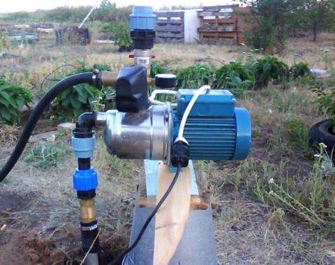 Поверхностный насос может качать воду из колодца, неглубокой скважины или водоема