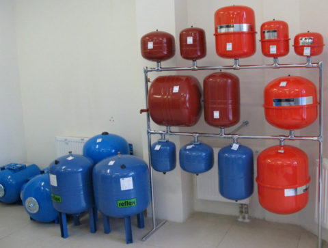 Гидроаккумуляторы для систем тепло- и водоснабжения отличаются цветом