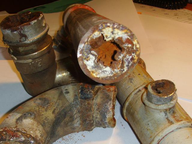 Фото позволяет оценить масштаб проблемы зарастания стальных труб