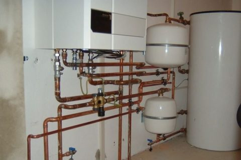 Автономная система отопления и водоснабжения: медными трубами выполнено подключение отопительного котла и бойлера косвенного нагрева