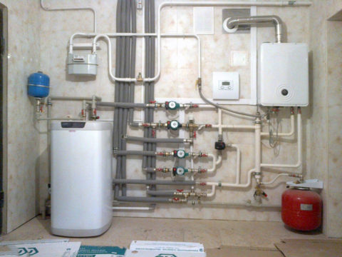 Бойлер косвенного нагрева (слева внизу) в газовой котельной