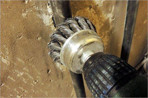 Для зачистки трубы удобнее всего использовать дрель с металлической щеткой