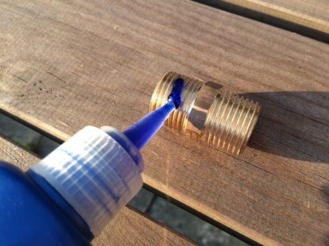 Герметизация резьбового соединения: вначале нанесите на резьбу герметик, потом наматывайте лен