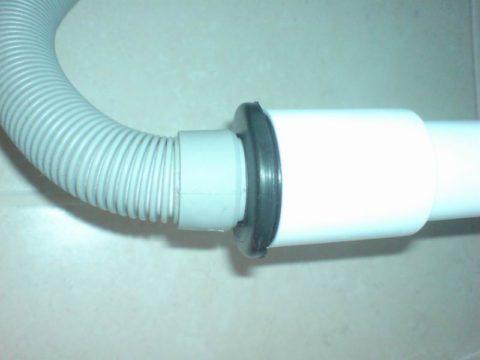 Герметизация соединения слива с канализацией резиновой манжетой