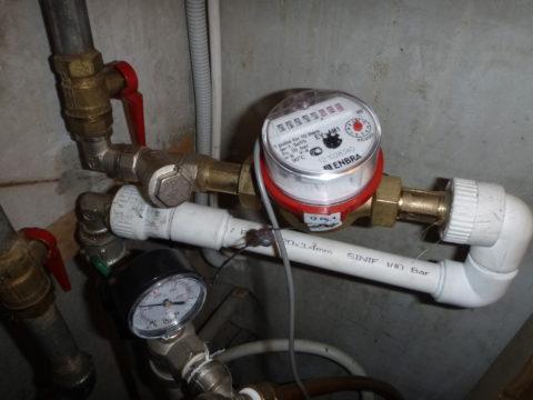 Когда вы сливаете холодную воду, водосчетчик регистрирует расход горячей