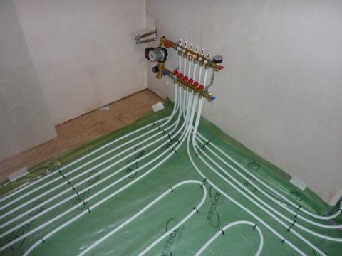 На фото — монтаж металлопластиком внутрипольной системы водяного отопления (теплого пола). Труба укладывается в утепленную стяжку