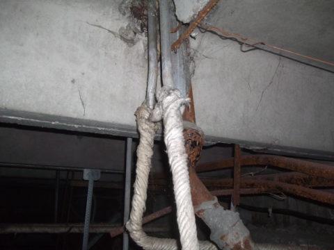 Оцинкованные стояки водоснабжения в подвале многоквартирного дома