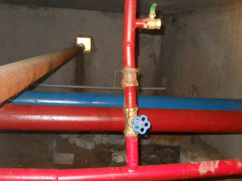 По подвалу проходят розливы ХВС, ГВС и полотенцесушителей