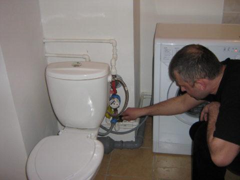 Последний этап подключения к водопроводу — установка заливного шланга стиральной машины