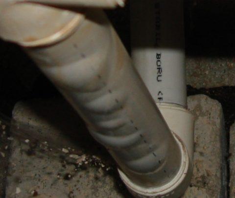 Последствия нарушения технологии: труба расслоилась из-за разрушения алюминиевого армирующего слоя
